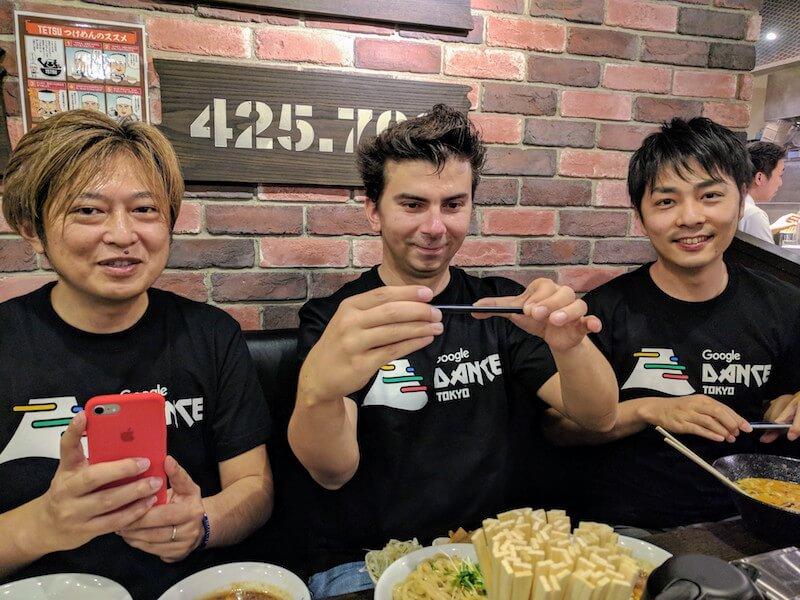 つけ麺を食べる3人の Google 社員